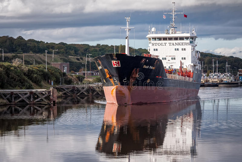 Autocisterna sul canale marittimo di Manchester, Inghilterra immagini stock libere da diritti