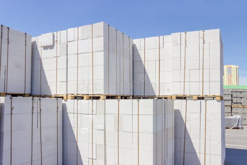 Autoclaved ha aerato i pannelli di muro di cemento su un magazzino all'aperto fotografia stock