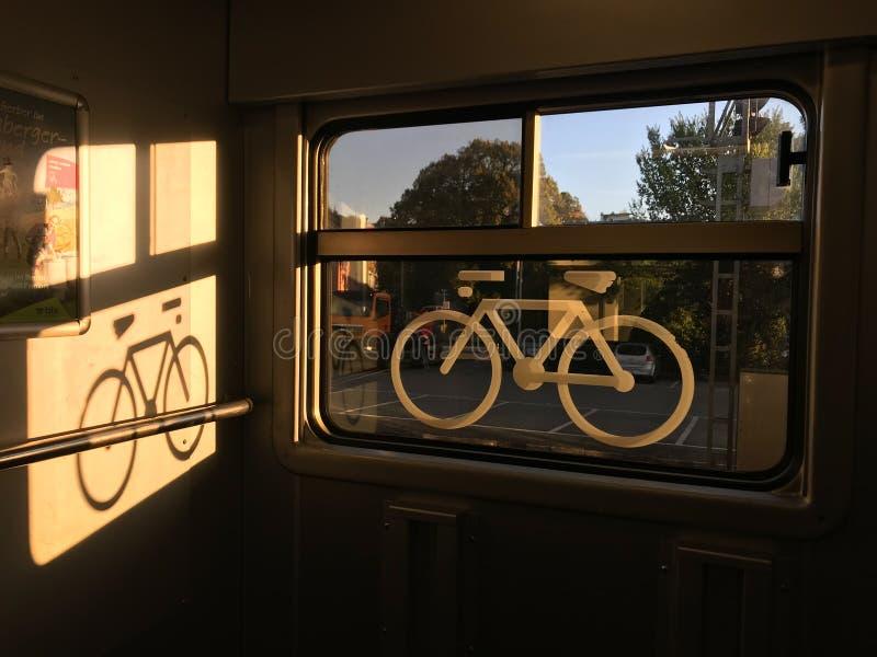 Autocollant d'un vélo sur une fenêtre de train image libre de droits
