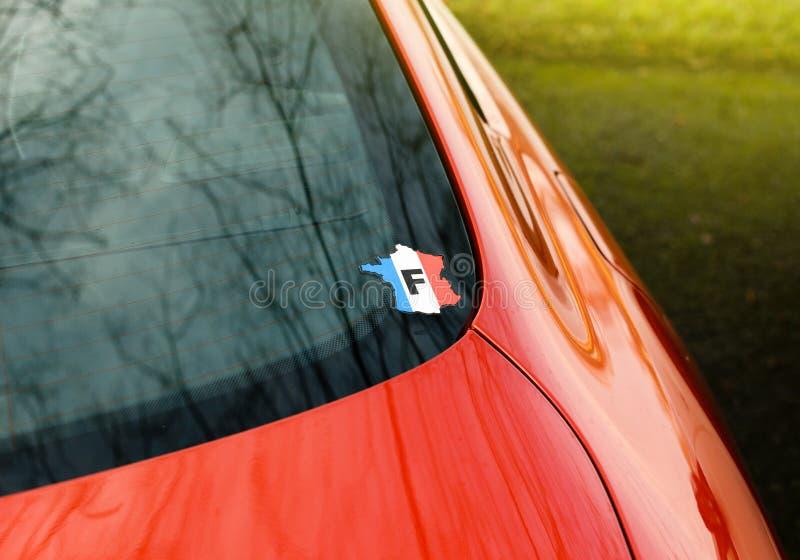 Autocollant de voiture de vintage avec F de lettre de Frances sur la fenêtre arrière photographie stock libre de droits