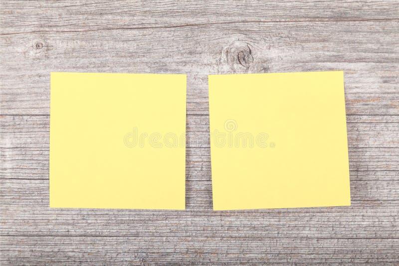 Autocollant jaune pour des notes image stock