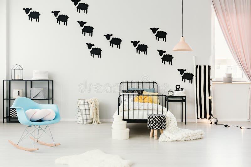 Autocollants de moutons dans la chambre à coucher confortable photo stock