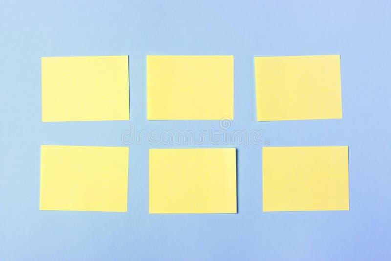Autocollants multicolores vides de bureau de maquette copiez l'espace, l'espace pour le texte réserve vieux d'isolement par éduca photo stock