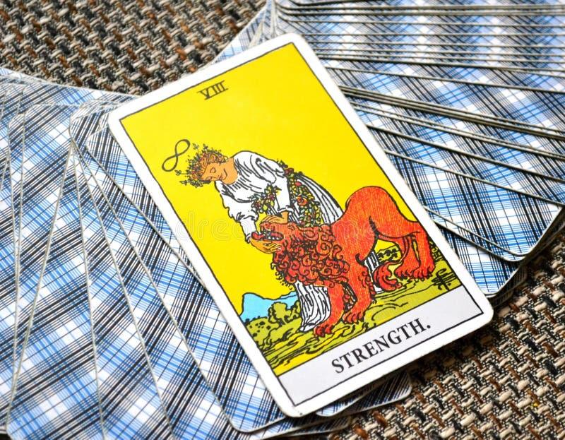 A autoconfiança forte corajoso do cartão de tarô da força imagem de stock