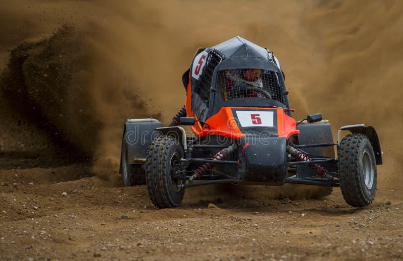 Autocross su una strada polverosa Automobile in concorrenza sulla strada su una d fotografia stock