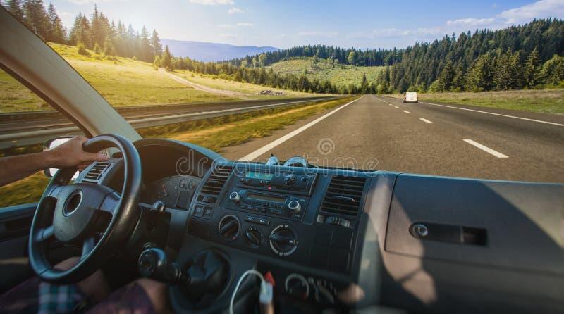 Autodashboard en stuurwiel binnen van auto stock foto