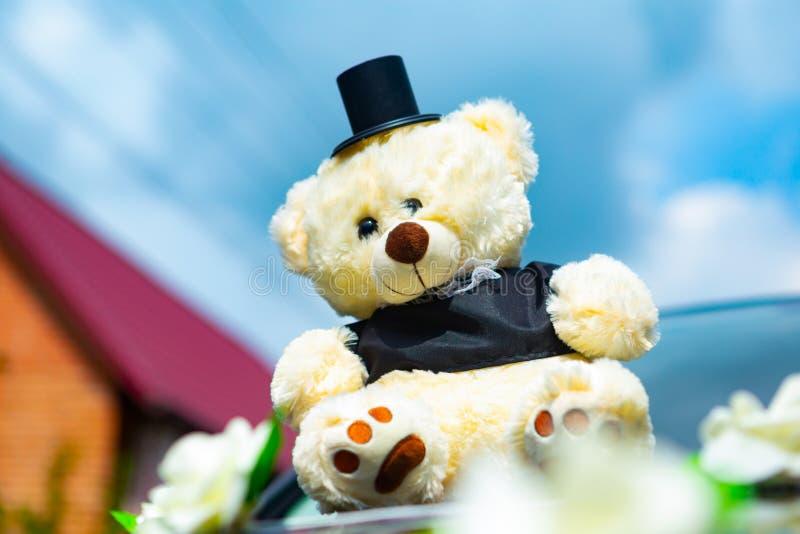 Autodekoration für die Hochzeit in Form von den Bären gekleidet wie ein Jungvermählten lizenzfreie stockbilder