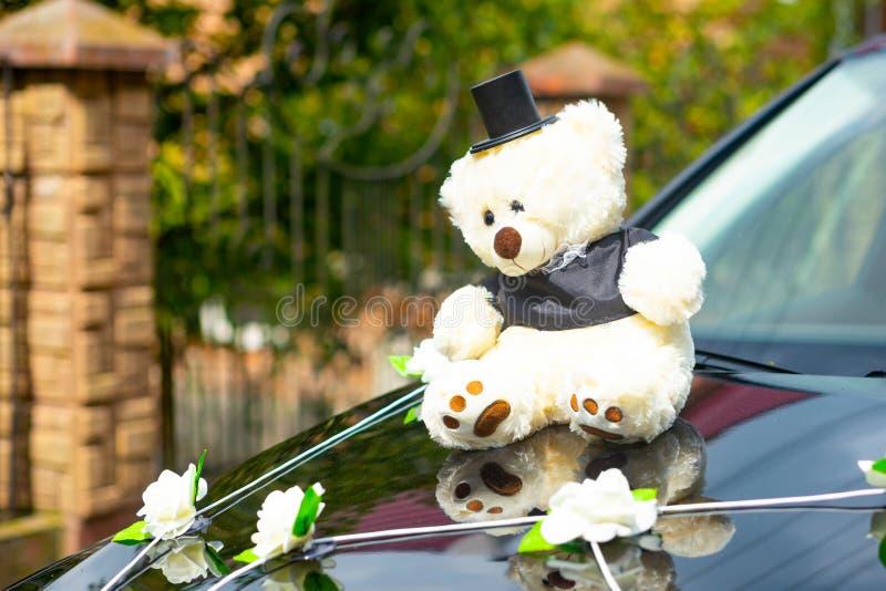 Autodekoration für die Hochzeit in Form von den Bären gekleidet wie ein Jungvermählten stockfotografie