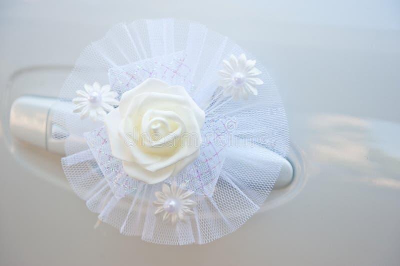 Autodekoration für eine Hochzeit von empfindlichen künstlichen Farben der weißen Farbe stockbild