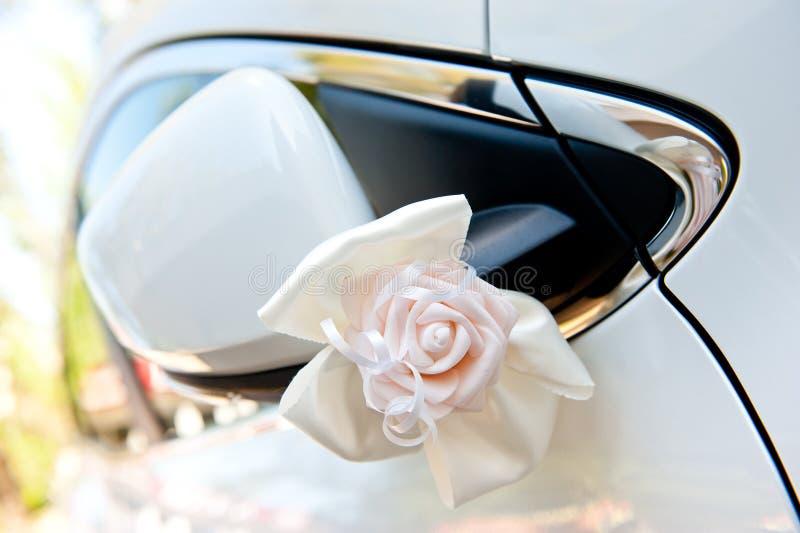 Autodekoration für eine Hochzeit von empfindlichen künstlichen Farben der weißen Farbe stockfoto