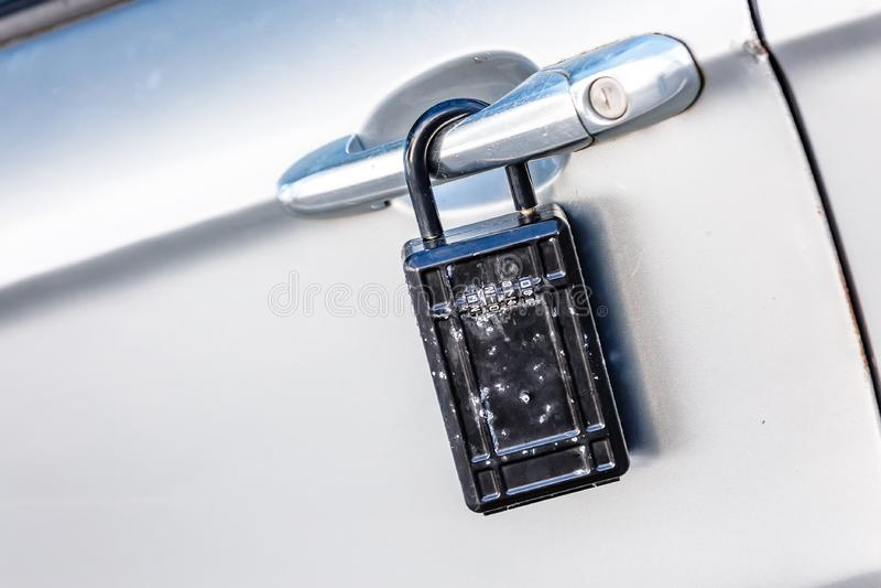 autodeur met hangslotpictogram voor diefstalbescherming, veiligheid, prote royalty-vrije stock fotografie