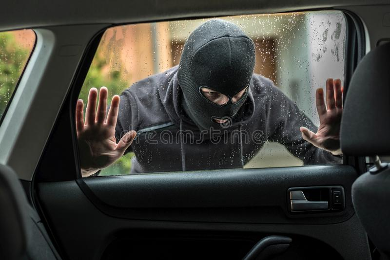 Autodieb, der durch Autofenster schaut stockfoto