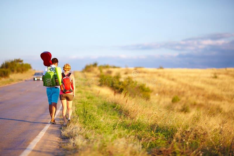 Autoestop que viaja de la gente joven. verano fotos de archivo