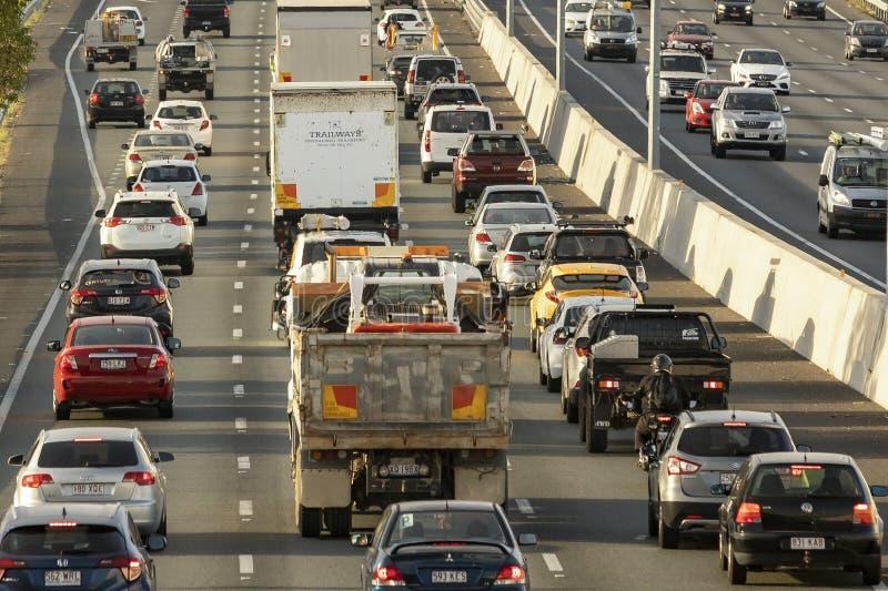 A autoestrada M1 tem plena capacidade, uma vez que a experiência do motorista atrasa o congestionamento na estrada mais movimenta foto de stock royalty free