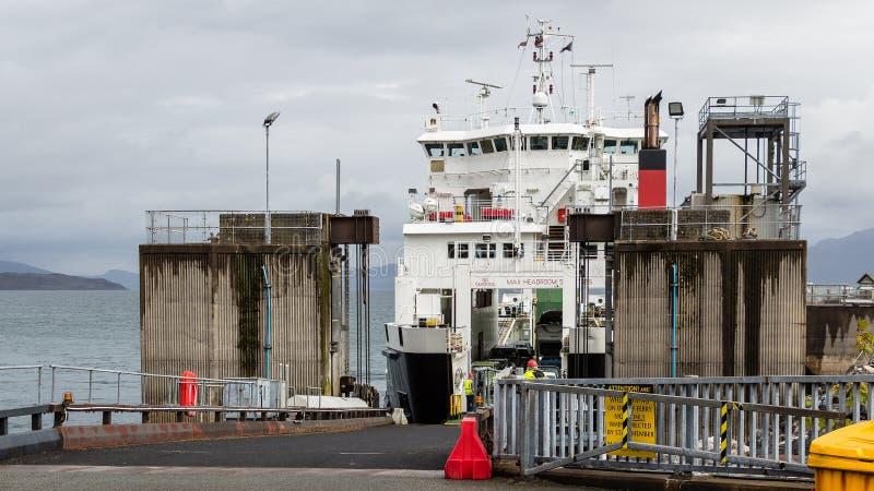 Autofähre bereit, in Armadale, Schottland zu entladen lizenzfreie stockfotografie