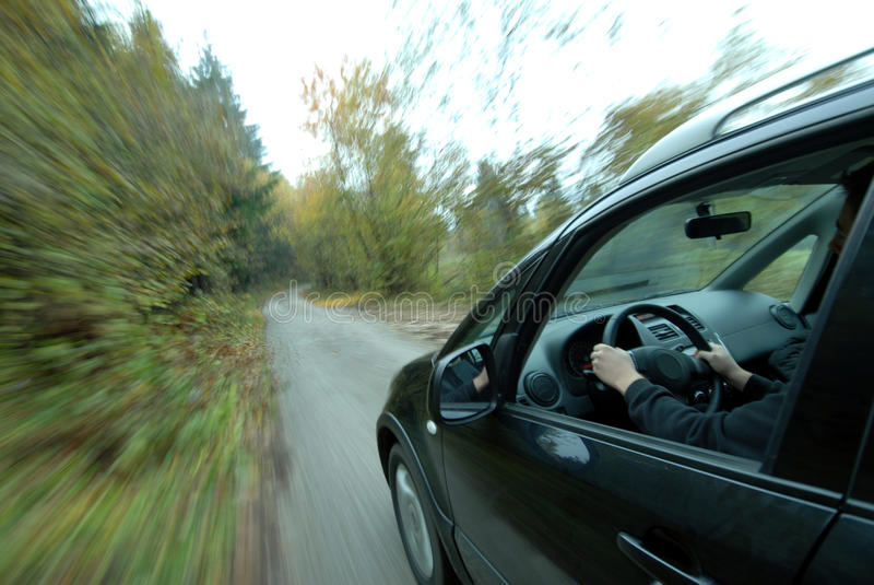 Autofahren auf Landstraße lizenzfreie stockfotografie