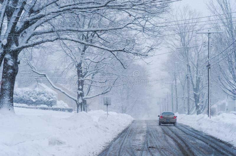 Autofahren auf Schnee mit Bremslichtern an lizenzfreie stockfotos