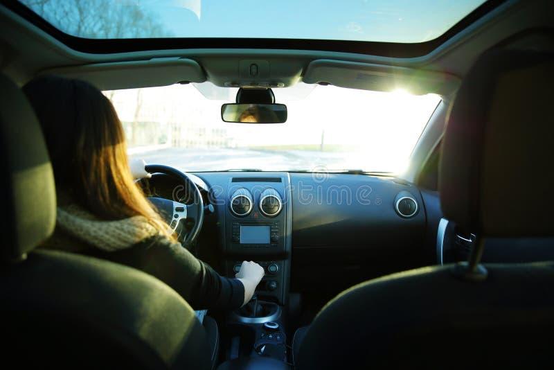 Autofahren der jungen Frau lizenzfreie stockbilder