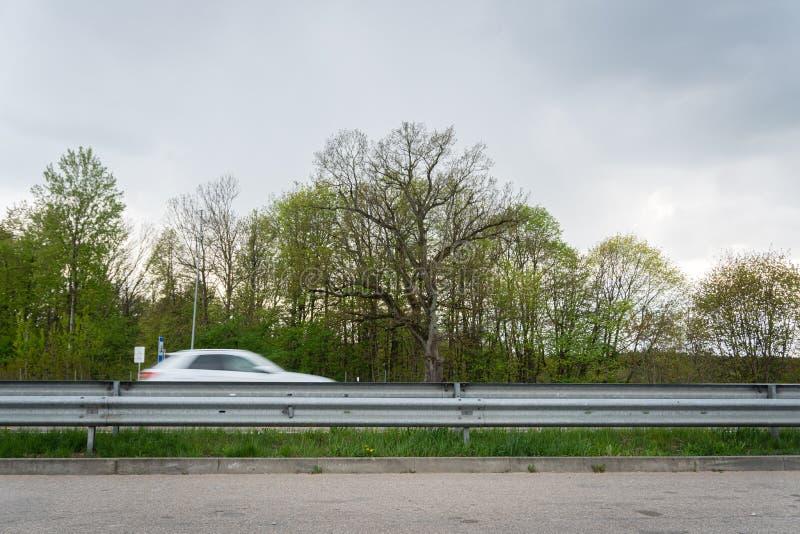Autofahren vorbei in Bewegungsunschärfe auf Landstraße Eine Ansicht von stillstehendem Bereich der Landstraße stockfoto