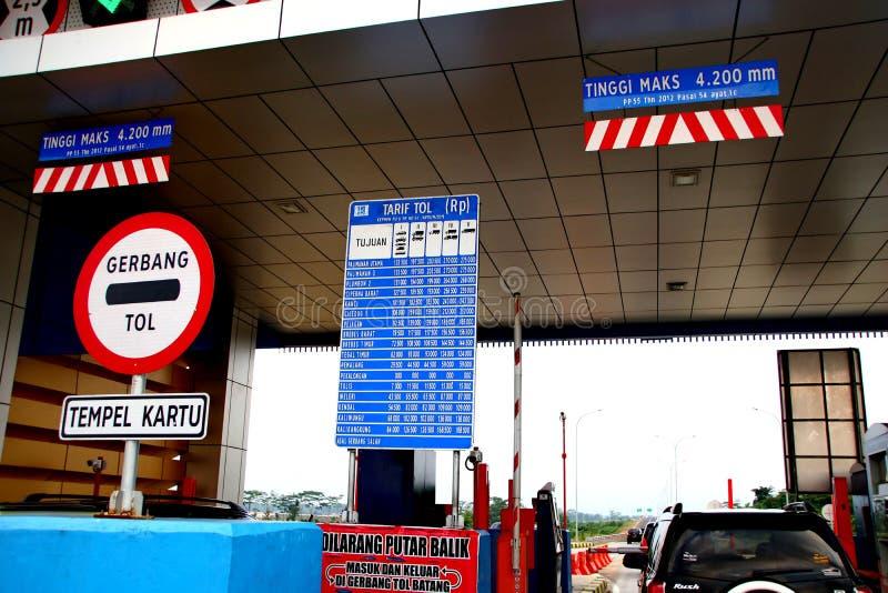 Autofahrer sind am Eingang der Mautstra?e stockbild