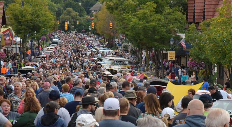 Autofest in Frankenmuth, Michigan zeichnet Tausenden Enthusiasten jährlich am ersten Freitag nach Werktag lizenzfreie stockfotos