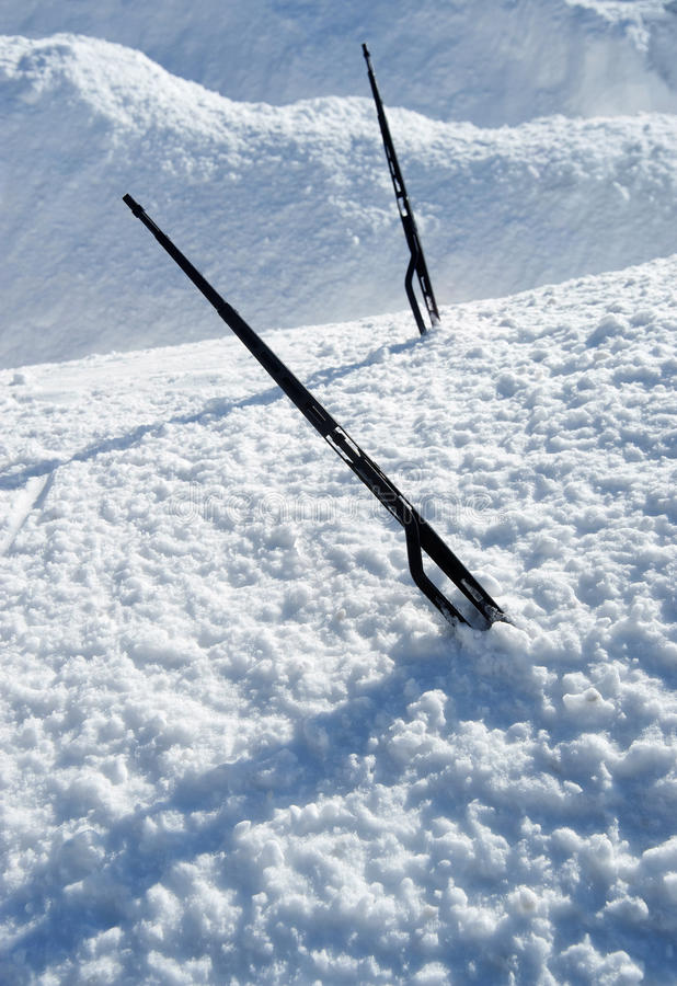 Autofrontscheibenwischer, die aus Schnee heraus haften lizenzfreie stockbilder