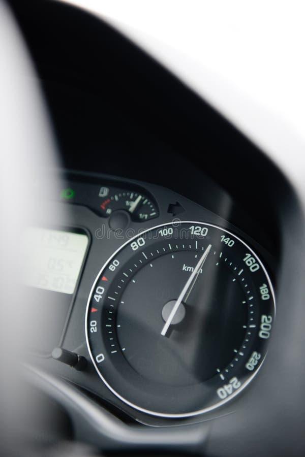 Autogeschwindigkeitsmessernahaufnahme mit der Nadel, die ein Hoch 130 Kilometer zeigt lizenzfreie stockfotos