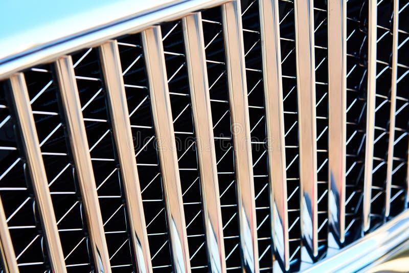 Autogitter mit Sonnenflare Kühlergrill Metal Nahaufnahme Texturhintergrund Chrome Grill von großen leistungsstarken Engine-Makro lizenzfreie stockfotografie