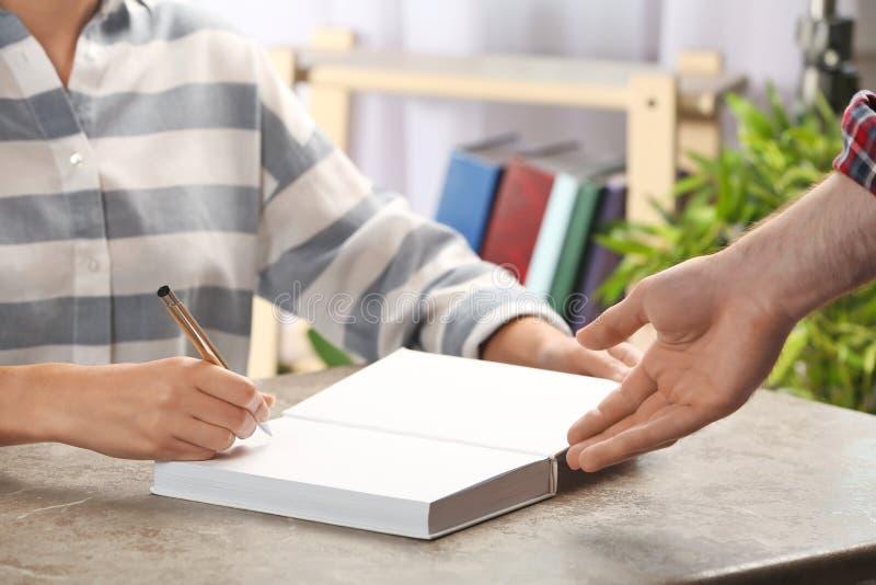 Autografo di firma dello scrittore in libro alla tavola immagine stock libera da diritti