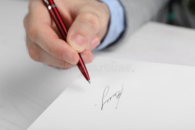 Autografo di firma dello scrittore in libro alla tavola immagini stock