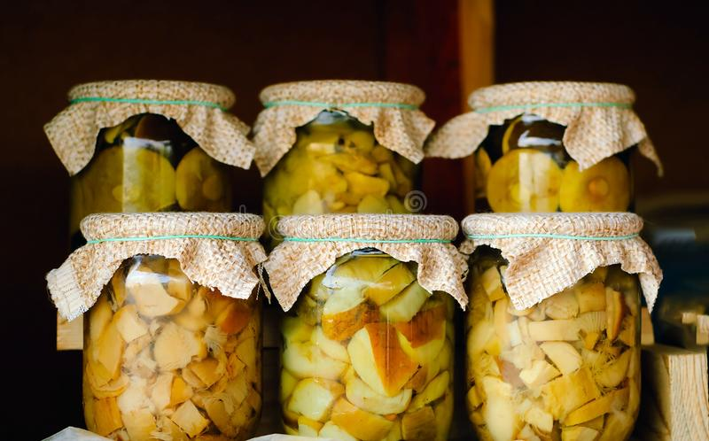 Autoguidez les champignons faits dans des pots en verre, concept des produits biologiques naturels de cuisine familiale, l'espace photo libre de droits