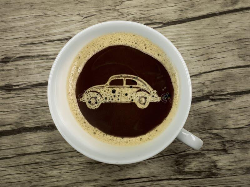 Autohändler bietet Kaffee an lizenzfreie stockfotos