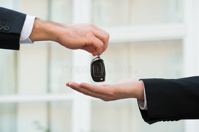 Autohandelaar die Sleutels geven aan Zakenman royalty-vrije stock foto's
