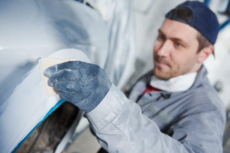 Autohersteller die autobody bonnet pleisteren stock afbeelding