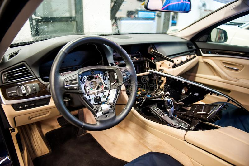 Autoinnenraum auseinandergebaut für allgemeine Reparatur stockbilder