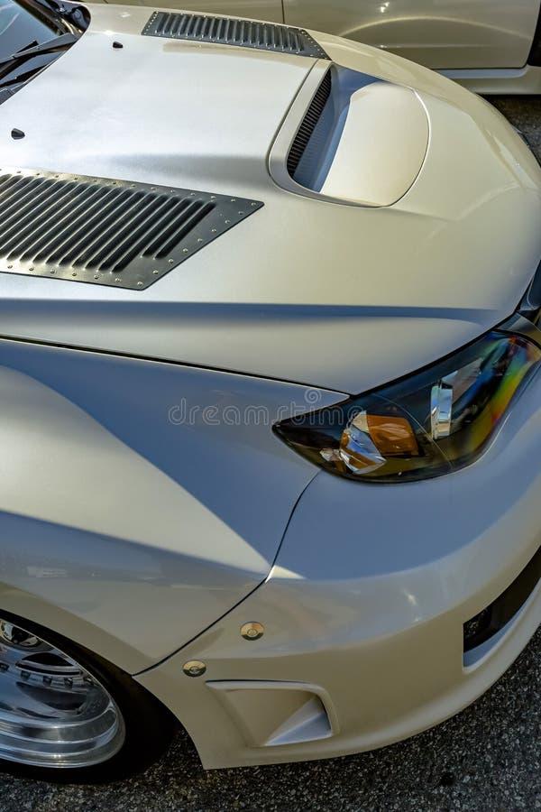 Autokap met opening voor luchtstroom op een wit promotievoertuig stock foto's