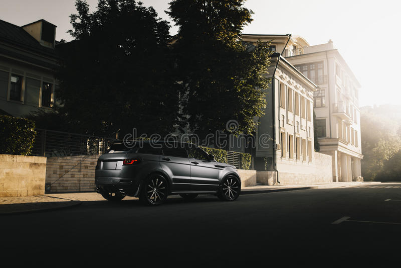 Autoland Rover Range Rover Evoque die zich op asfaltweg in stad Moskou bij zonsondergang bevinden royalty-vrije stock afbeeldingen
