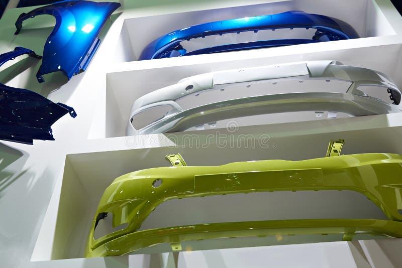Autolichaamsdelen in autodelenopslag stock foto