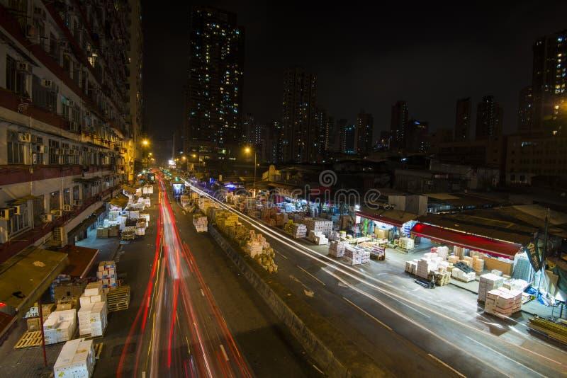Autolicht schleppt in Yau Ma Tei Wholesale Fruit-Markt nachts lizenzfreie stockbilder