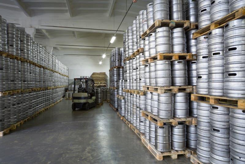 Autoloader z piwnymi baryłkami w akcyjnym browarze Ochakovo zdjęcia stock