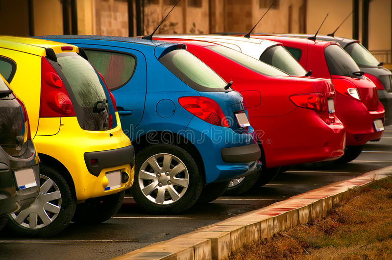 Automóveis de cores diferentes fotografia de stock royalty free