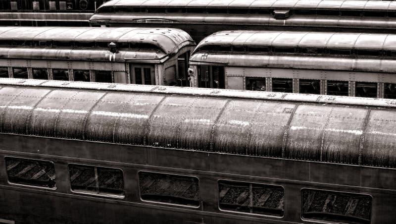 Automóveis de passageiros do trilho do vintage no estação de caminhos-de-ferro velho imagem de stock royalty free