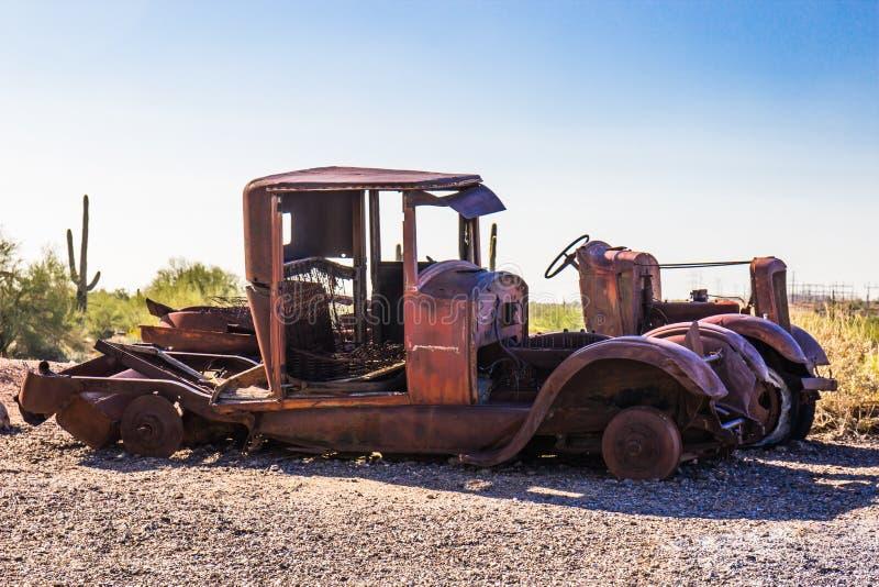 Automóveis descascados do vintage no deserto do Arizona imagem de stock