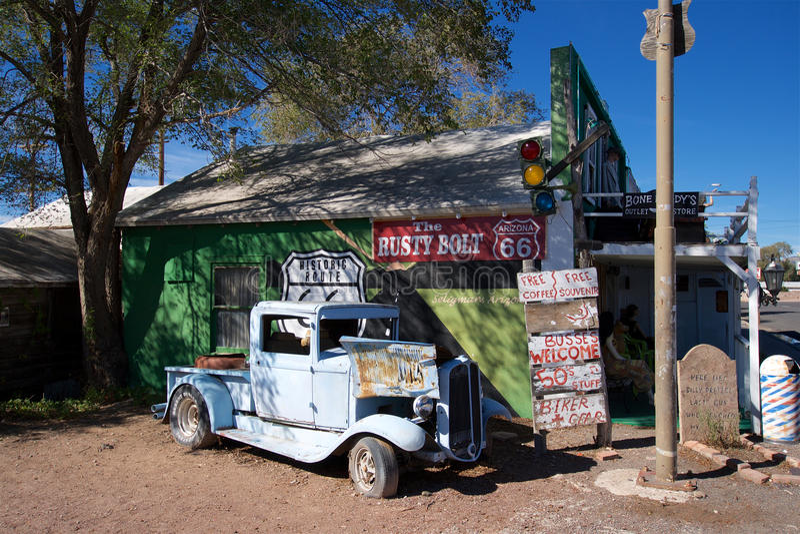 Automóvel azul oxidado em Seligman, o Arizona imagem de stock
