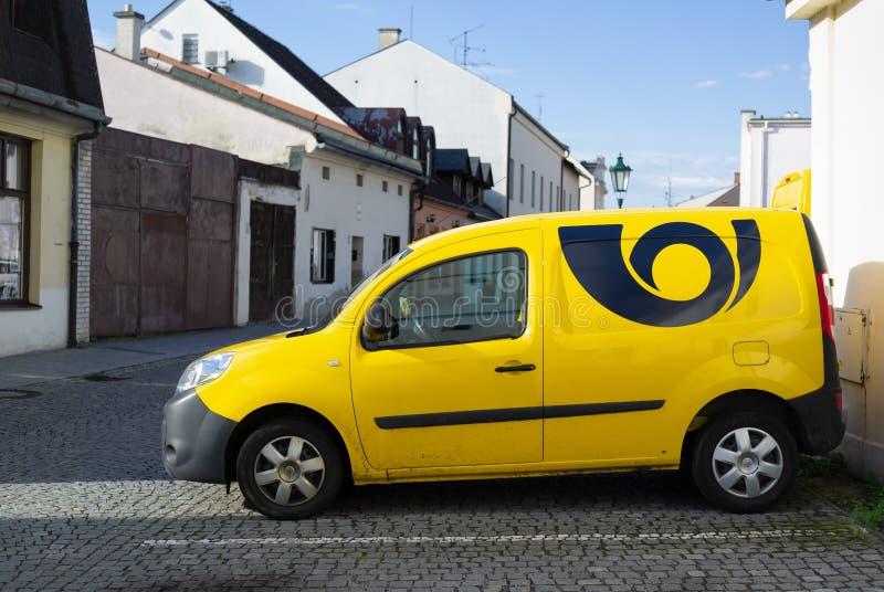 Automóvel, carro e veículo amarelos com sinal - logotipo e símbolo do serviço postal no posta de Czechia Ceska, cargo checo imagens de stock