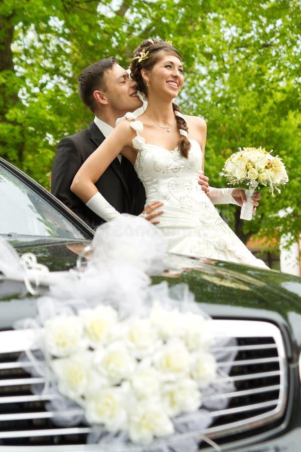 Noivo da noiva e automóvel wedding imagem de stock