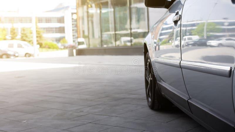 Automóvel estacionado perto do centro de negócios, do carro para a venda ou do aluguel, transporte na cidade fotos de stock royalty free