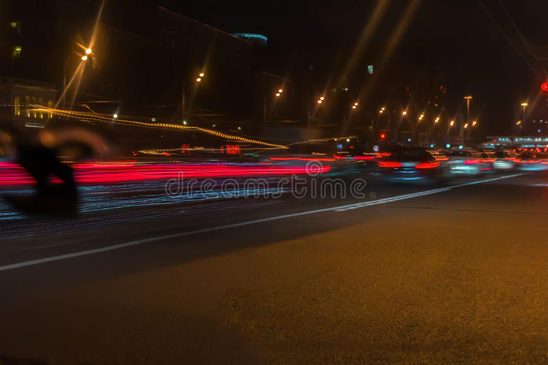 Automóvel, luzes de rua da cidade e velocidade O sumário borrou o fundo colorido do tráfego urbano da noite da rua com luzes do b fotografia de stock