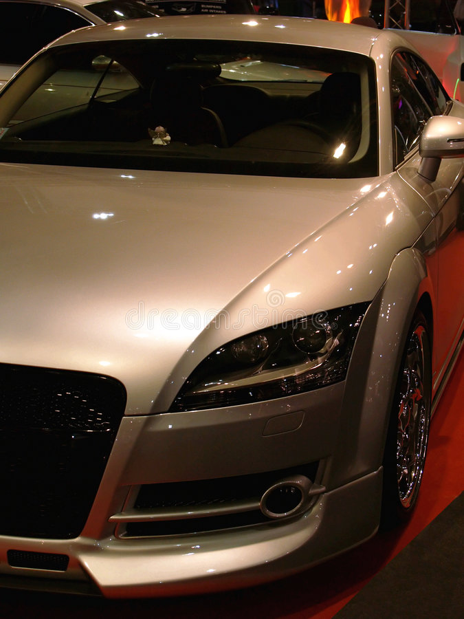 Automóvel moderno de bronze imagens de stock royalty free