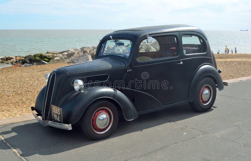 Automóvel preto clássico na frente marítima de Felixstowe fotos de stock royalty free